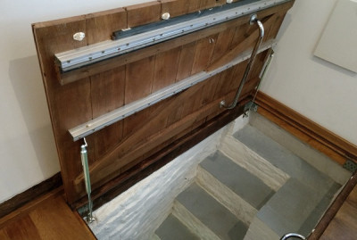 Basement hatch with gas springs