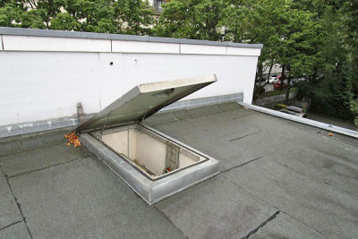 Roof hatch with gas springs